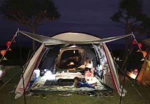 キャンプテントの外側から見た様子